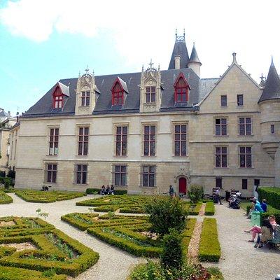 L'hôtel de Sens et son jardin