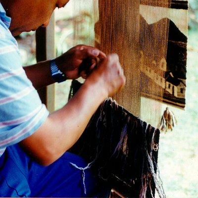 Tejiendo un tapiz con lana de alpaca