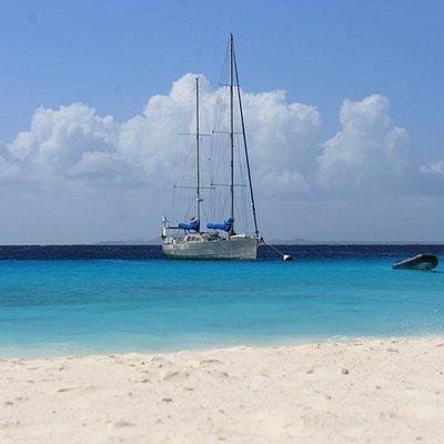 Zeilboot Aluma voor anker bij Klein Curacao