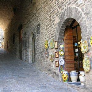 L'esterno del negozio in via A. Piccardi a Gubbio (PG)