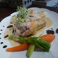 Suprême de volaille fermière façon poule au pot aux truffes, petits légumes glacés au beurre.