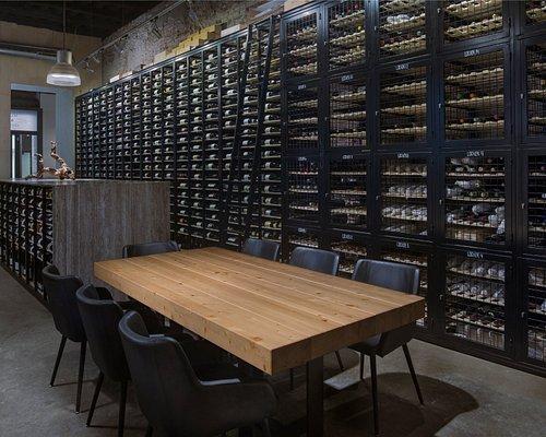 Bodega  y mesas de socios. En nuestra bodega encontraréis mas de 1300 referencias de todo el mun