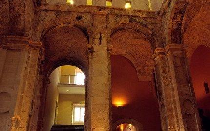 El Castillo de Torredembarra es de planta cuadrada y cuenta con cuatro torres en los lados.