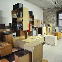 Die Bar im Kunstverein Wolfsburg hat Inken Reinert aus alten Möbeln der DDR-Ära zusammengebaut.