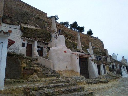 Viviendas-cueva con altas chimeneas.