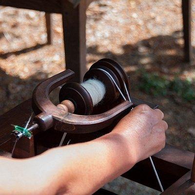 Filage de la laine au rouet à pédale