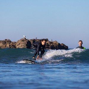 Aula de surf de nível iniciados na praia do Matadouro, Ericeira.