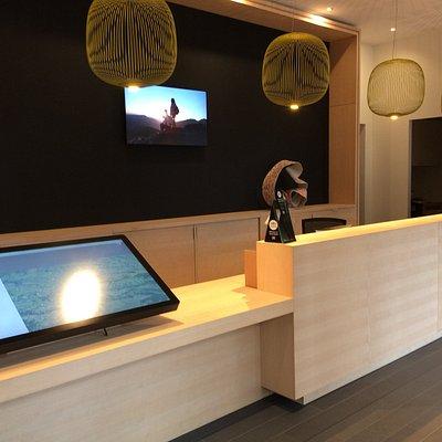 Le nouvel office de tourisme de Salers avec sa table tactile