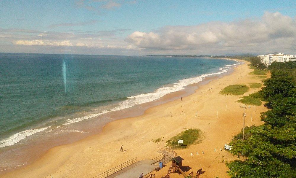 Trecho de praia deserta muito boa para caminhadas.