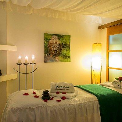 En cabinas con aromaterapia, temperatura y ambiente puedes disfrutar un masaje de relajación.