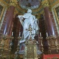 L'altare con il servizio d'argento, la statua del Santo e le colonne di porfido rosso