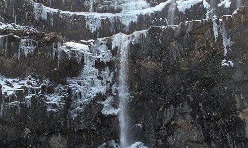 imponerende vandfald halvt tilfrosset