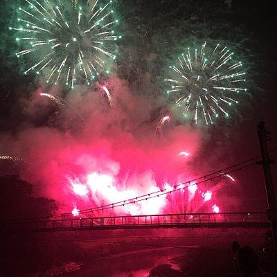 俊賢吊橋橫跨基隆河上,兩岸均有親水步道,平日相當適合健行、跑步或騎自行車,或是散策。  每年過年期間(元宵節左右),基隆市政府七會舉辦煙火節,近兩年的煙火都在謐靜的七堵俊賢吊橋施放,同時結合音