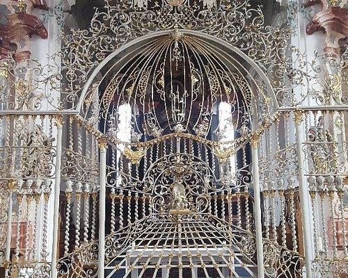 kirchenschiff und gitter zum altarraum
