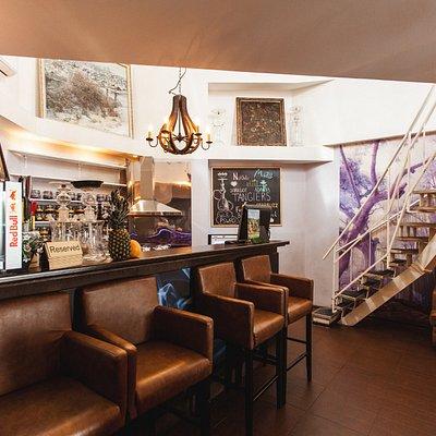 Главный зал с баром