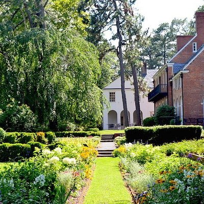 The back gardens of Weymouth Center are open to the public from dusk to dawn.