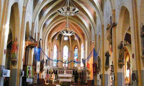 Nef centrale et autel néo-gothique dédié à la Vierge