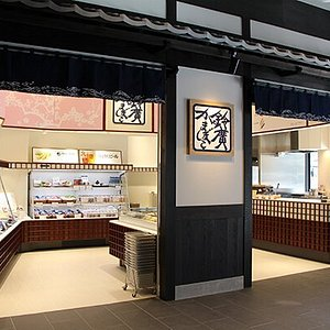 This is a great shop in on Lake Ashi. It has the local craft beer, Kamaboko, and more