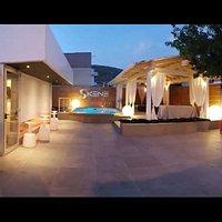 Esterno con giardino e piscina