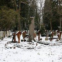 eine Vielfallt an Grabkreuzen
