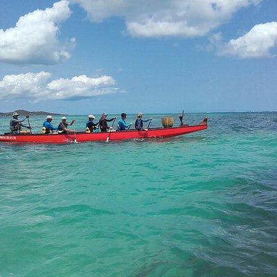 La pirogue dans l'eau turquoise des Caraïbes
