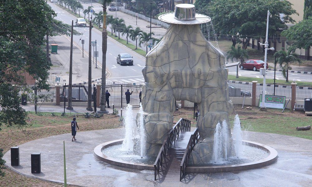 Eyo statue flanked with water fountain