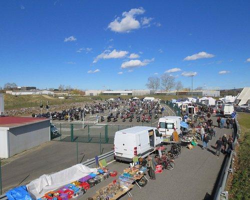 Bourse d'échange, stands des exposants et parking dédié aux motoss.