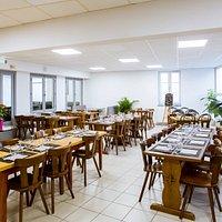 Une grande salle de restaurant pouvant accueillir 60 personnes idéal pour bus