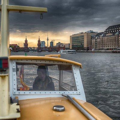 FOTOBOOT-Berlin auf der Spree vor der Oberbaumbrücke