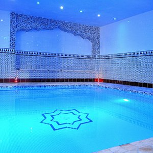 La piscine saura vous accueillir avec sa lumière polychromatique et sa température à 35°C