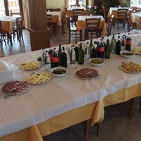 tavolo a self service con piatti vari moltiplicati per 4