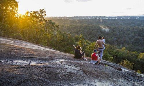 Coucher de soleil en famille depuis la roche Savane, près des chutes Voltaire