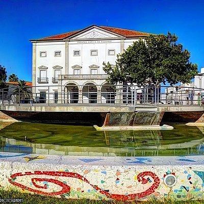 Praça Joaquim António de Aguiar com o Teatro Garcia de Resende