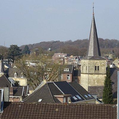 het Ravensbos als achtergrond van de oude kerk van Valkenburg