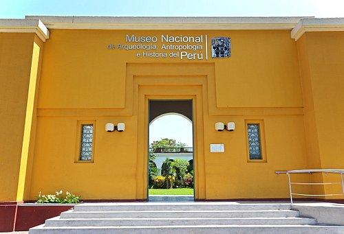 Entrada al Museo Nacional de Arqueología, Antropología e Historia del Perú, desde la plaza Bolív