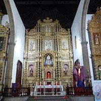 Exquisito Retablo Mayor con la imagen de la Virgen del Carmen