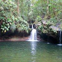 La petite cascade à droite a une source d'eau chaude.