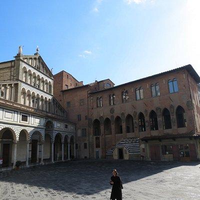 Ad angolo con la Cattedrale, il Palazzo del Museo