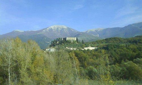 La mole masetosa e drammatica del VCastello di Balsorano ripreso dalla SS della Valle del Liri.