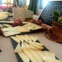 Estupendas catas comentadas de queso artesano de oveja y lo mejor los quesos que degustamos.