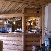 Wnętrze karczmy z widokiem na bar