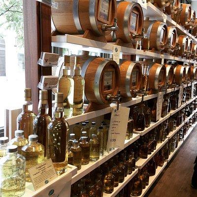 Fantástica tienda! Dejan probar los licores, originales vasijas para regalo con vinagre, aceites