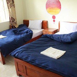 Phòng hai giường đơn, có cửa sổ, hành lang, ban công để uống cà phê, đọc sách