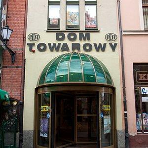 Dom Towarowy PDT wejście od ulicy Szerokiej