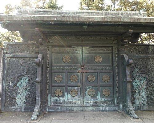 鋳抜門の外側