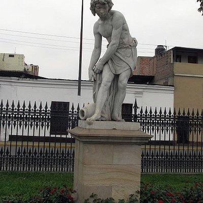 Una des las esculturas de la Alameda (Acuario).