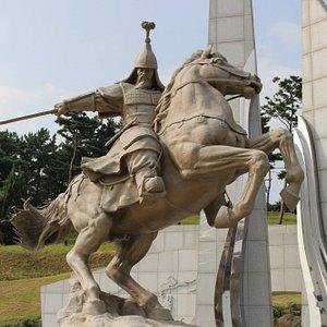 박물관 밖 계백장군 동상