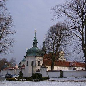Pohled na klášter od příjezdové cesty