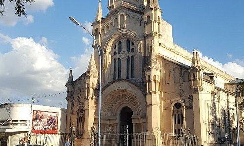 Plaza y catedral en uno de sus lados