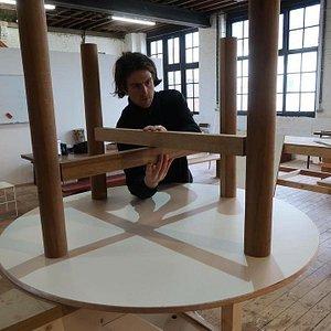 Jason qui fabrique une table
